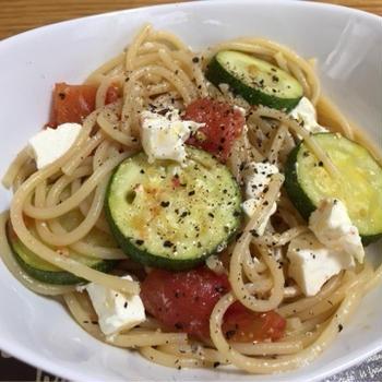 ズッキーニ、トマト、クリチのオイルパスタ