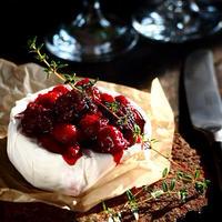 ホットカマンベールチーズとベリーのソース