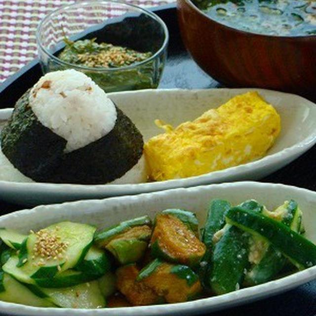 きゅうりの漬物3種と梅干し炊き込みごはんのおにぎり定食