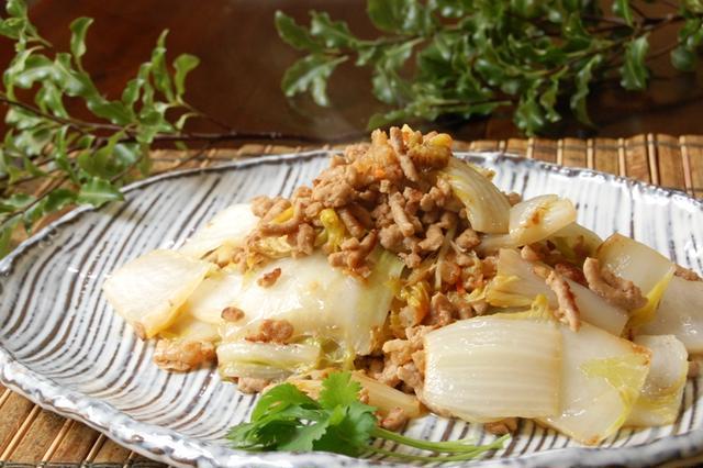 和風のお皿にのせた豚ひき肉と白菜のだし炒め