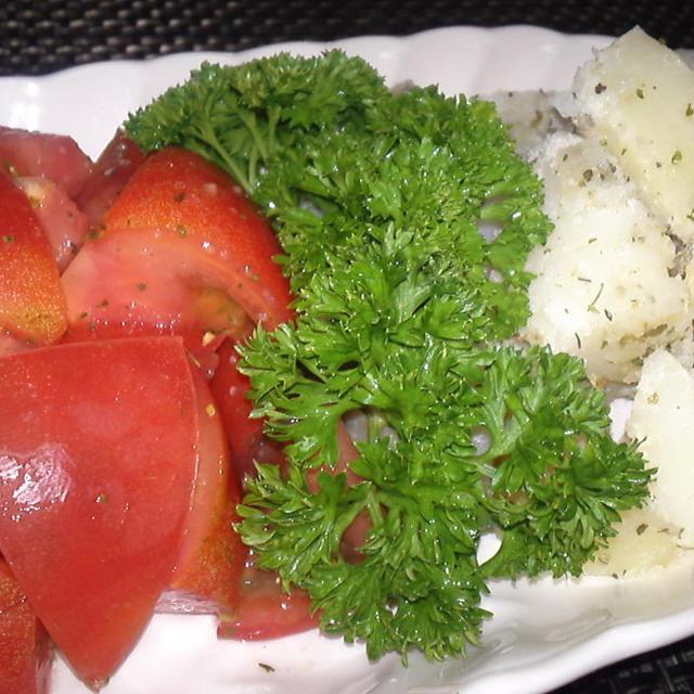 簡単!風味が良い!食材たったの2品!こふき芋とトマトのハーブ和え(^^♪