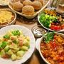 多国籍料理とパンの夕食