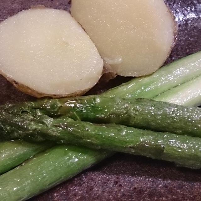 アスパラガスと新じゃがを塩とバターでソテーする。