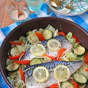材料重ねて10分ほったらかし♪夏野菜と塩サバのフライパン蒸し