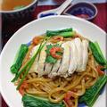 冷凍うどんで♪ピリ辛酢でいただく香港風オイスターソースと干しえび油の和え麺♪しっとり茹で鶏のせ