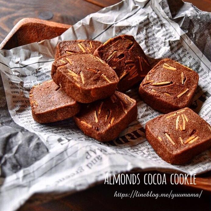 英字の新聞の上にのったアーモンドココアクッキー