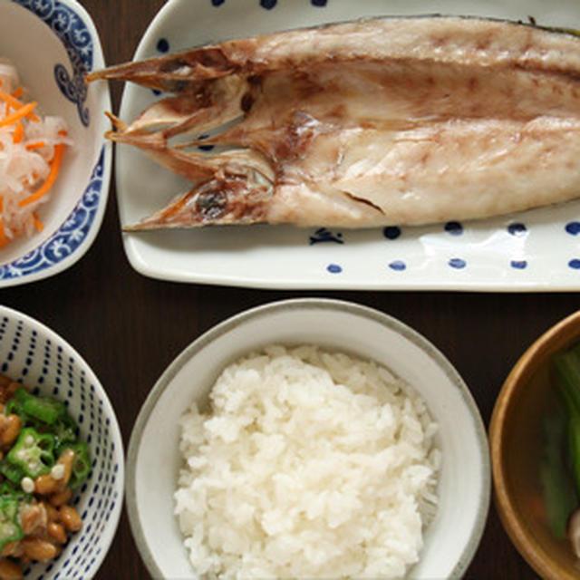 朝ごはん(和食の献立):かますの塩焼き、なます、オクラ納豆、お味噌汁