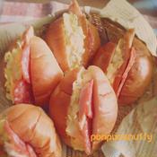 キャベツとスモークチキンのバターロールサンド
