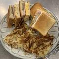サンドイッチとハッシュドポテトの昼ごはん。