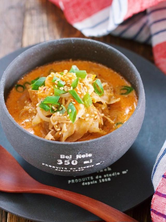 黒いお椀に入った豆乳味噌キムチスープ