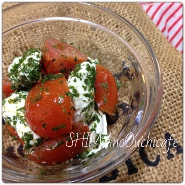 おうちカフェ朝ごはんに! パセリドレッシングのトマトとクリームチーズサラダ