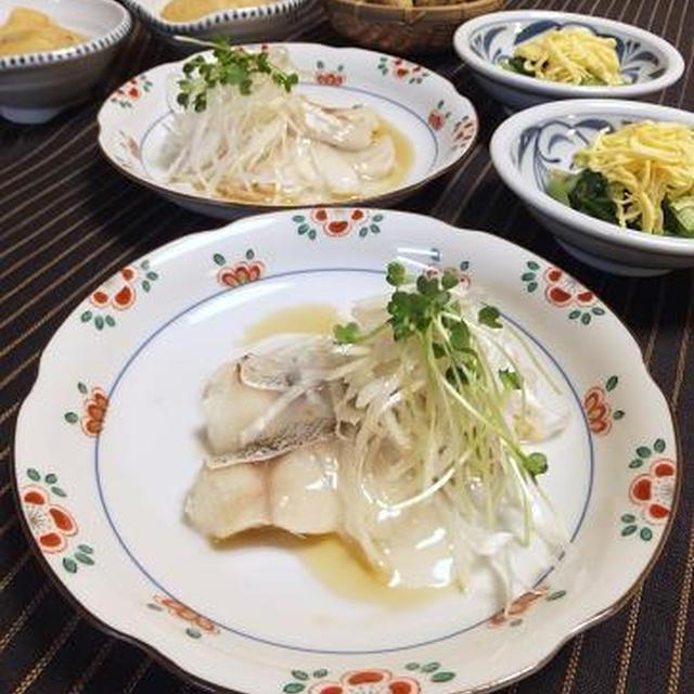 蒸し鱈のアツアツごま油かけと小松菜のおひたし。風味付けにエノキ氷♪