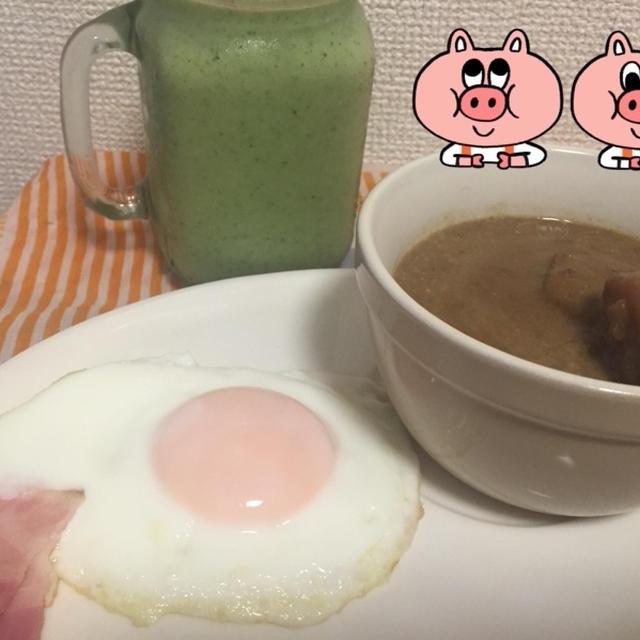 今朝の朝ごはん(((o(*゚▽゚*)o)))ベーコンエッグとカレースープとスムージー