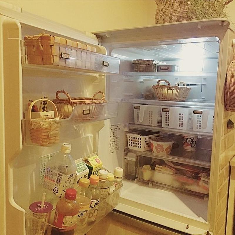 100円ショップの収納アイテムは、冷蔵庫整理にも活躍してくれる優れもの。カゴや、メッシュタイプのケー...