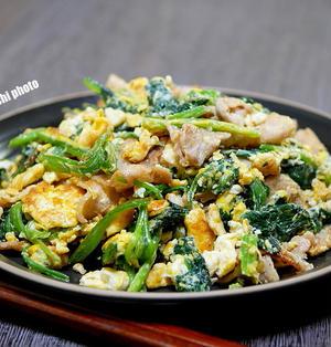 豚バラ肉で美味しくほうれん草の玉子炒め&オタフクソースの「ねぎおこ」