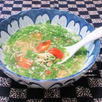 驚きの超短時間レシピ。目に鮮やか、爽やかな酸味でヘルシーな美味しさ。『鶏とトマトの青菜スープ』