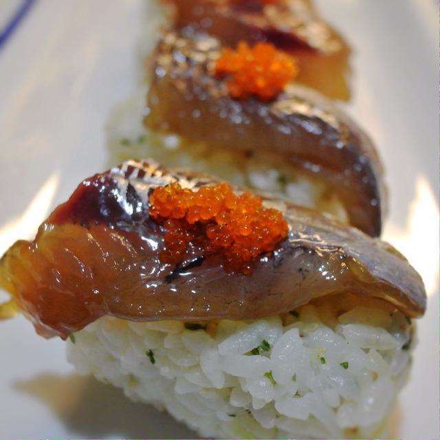 漬けのトビウオのにぎり寿司、パクチー&ゴマ風味