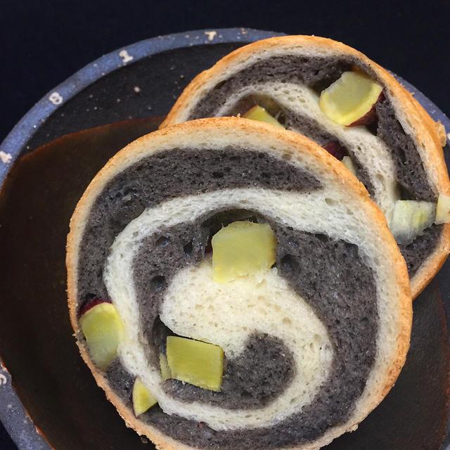 黒ごまペーストと皮つきサツマイモのラウンドパン
