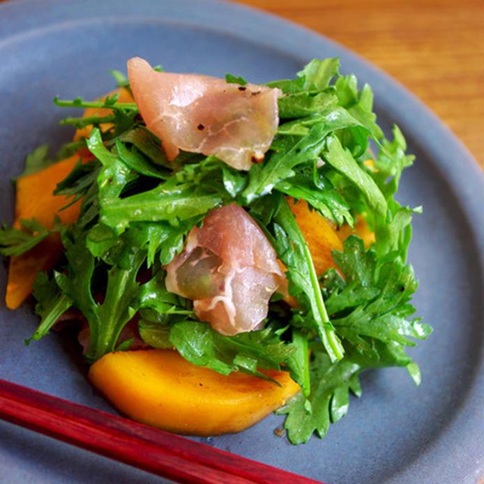 器に盛られた柿と春菊&生ハムのサラダ