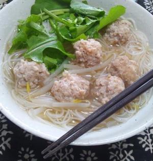 アジア屋台風、鶏つみれ載せ汁ビーフン