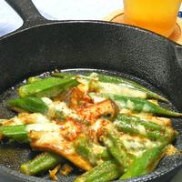 スキレットでサッと焼くだけ簡単おつまみ!こんがりとろ〜りオクラとエリンギのチーズ焼き。