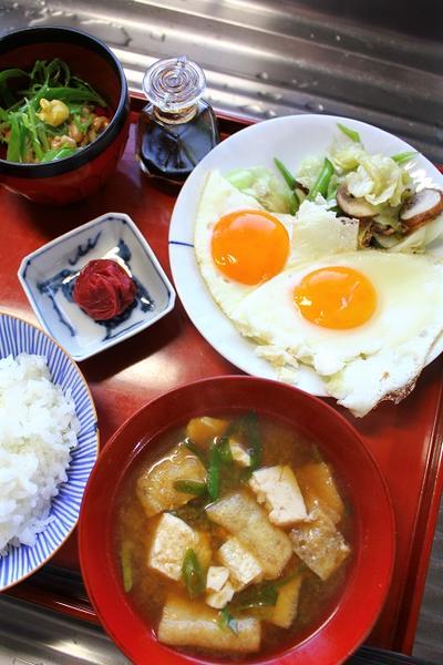めだま焼き・豆腐汁・梅干し・納豆・・・朝餉