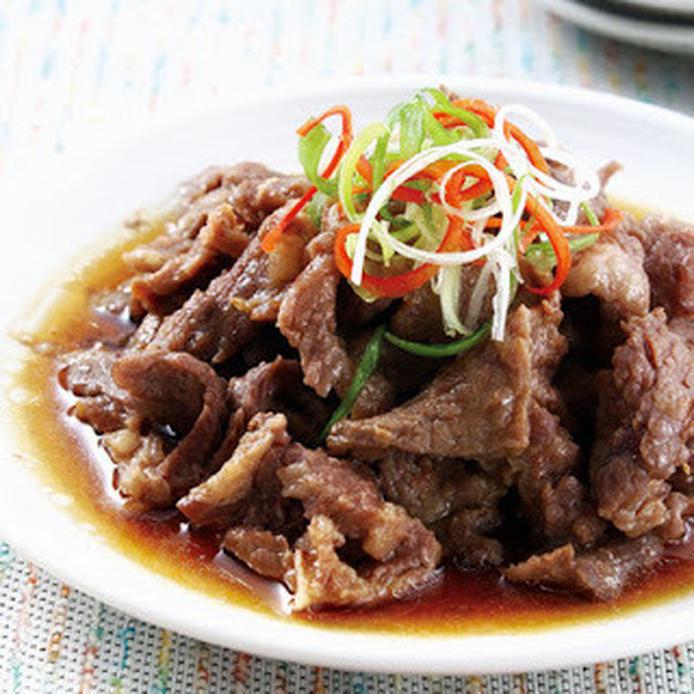 牛肉を甘口のタレで蒸した料理、上に千切りした唐辛子や生姜、ネギがトッピングされている