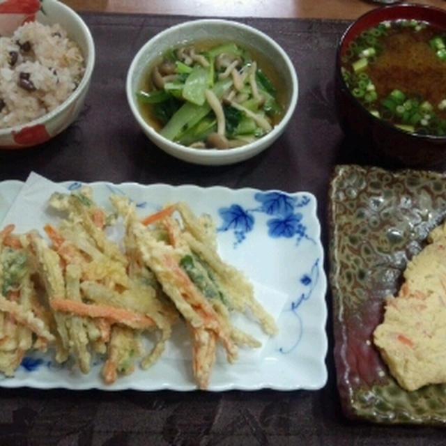 【献立】ゴボウ・人参・小ねぎのかき揚げ、カニかま和風オムレツ、小松菜としめじのお浸し、お味噌汁
