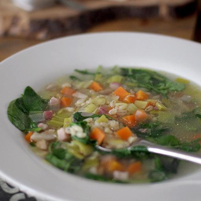 麦とパンチェッタ、野菜のスープ