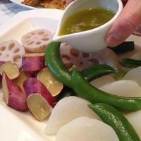 スパイスクッキングバルメニュー 「バーニャカウダで温野菜サラダ」。