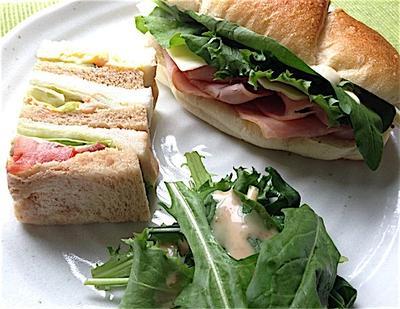 サンドイッチとグリーンピースのクリームシチュー。