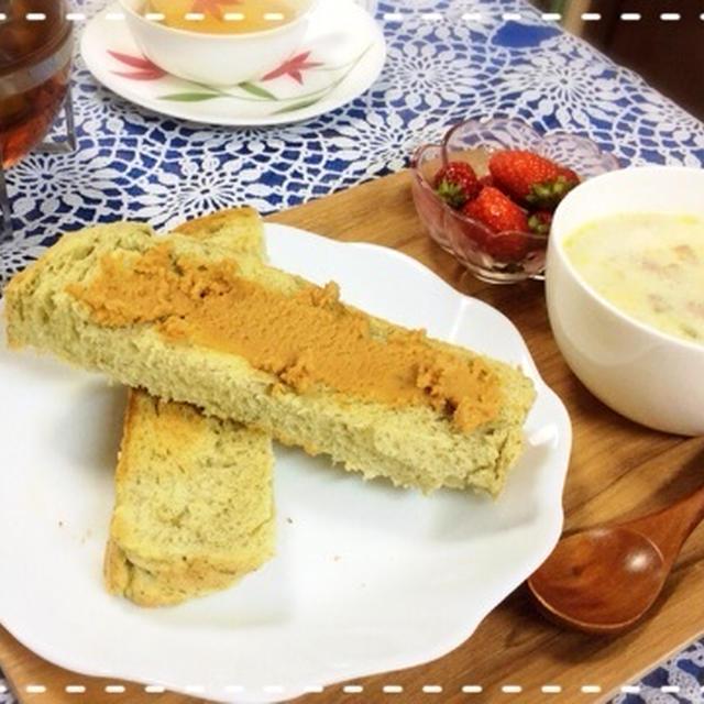 ヨモギ食パンと白菜のミルクスープで朝ごはん