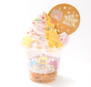 ララとソラカラちゃんをイメージしたソフトクリームは、イチゴと練乳のピンク色のソースに、黄色いマンゴー...