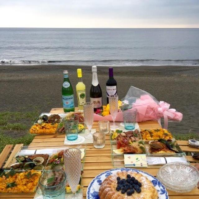 夕暮れ海岸ピクニック。LE NICO Deli-Box を持って。