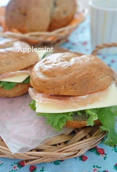 紅茶ベーグルで生ハムとチーズのサンドランチ