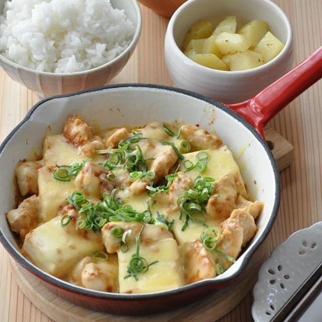 """【鶏肉*じゃがいも*豆腐】フライパンのまま!みそとチーズが最強タッグ""""鶏肉のみそチーズ蒸し""""献立"""