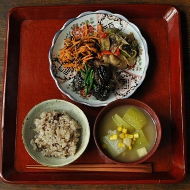 一汁三菜ごはん 夕顔・とうもろこし・油あげのお味噌汁、スペアリブとプルーンの煮込み、色々野菜と豚肉の塩麹炒め、人参とひじきのサラダ