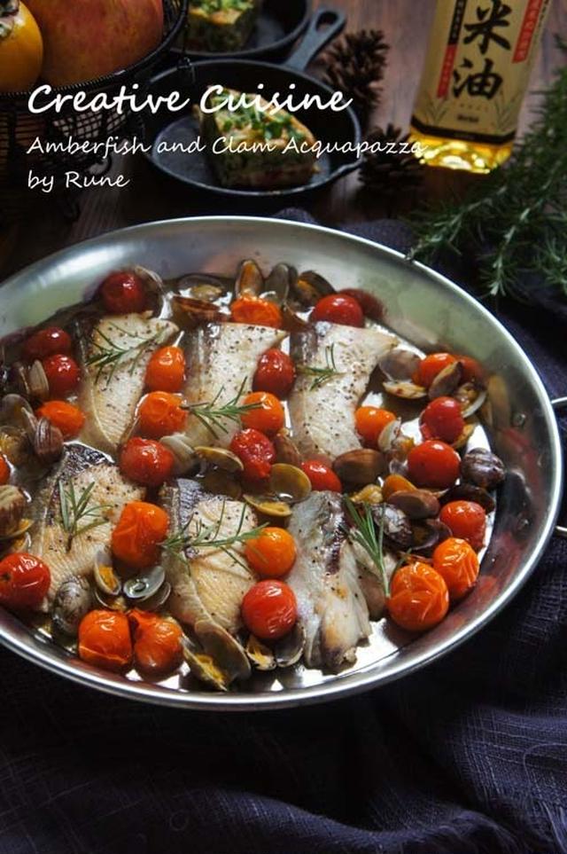 銀のお皿にぎっしり並べられたブリの切り身のアクアパッツァ