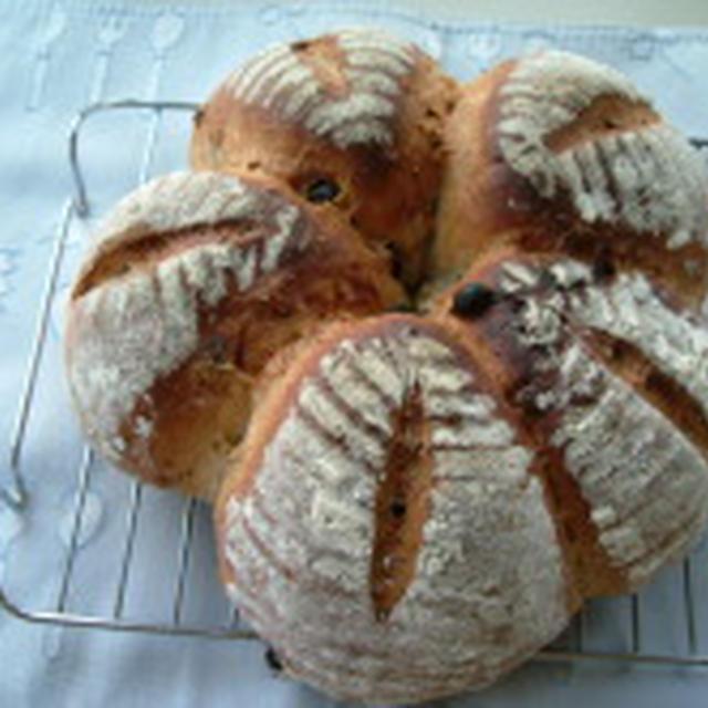 ピーカンナッツとレーズンの大型パン