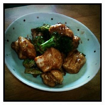 制服事件。今日の夜ご飯は、鶏肉とブロッコリーのオイスターマヨ炒め。