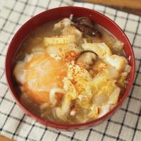 焦がし白菜と落とし卵の味噌汁