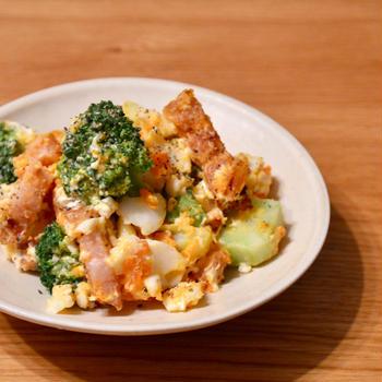 卵とブロッコリーとベーコンのサラダ