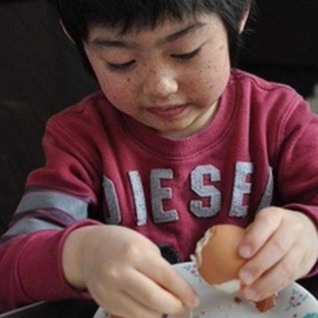 かんぴょう煮^^ と 茹で卵をむきむき息子