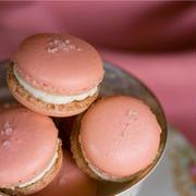春を味わうお菓子。桜色のマカロンとホワイトチョコレートのガナッシュクリーム