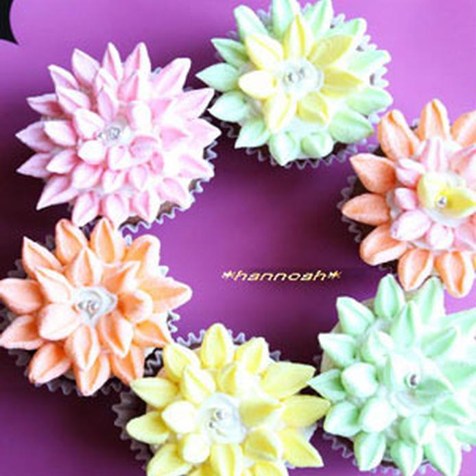 カラフルなマシュマロフォンダントでデコレーションされたカップケーキ