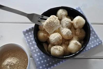 一度食べたらヤミツキになる節約おやつ【きなこたっぷり豆腐だんご】