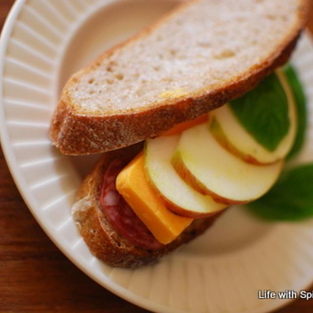 バジル香る♪りんごとチーズとサラミのホットサンドとキッザニア