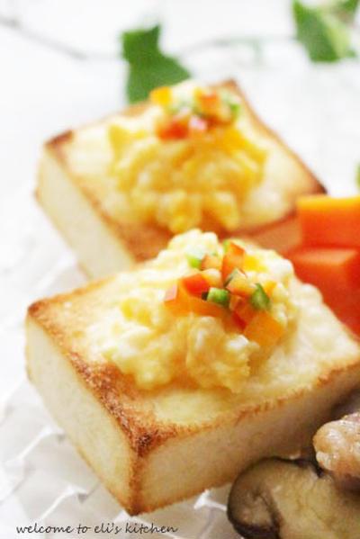 キューブ型 スクランブルエッグのせトースト