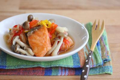 作りおきにも♪簡単!揚げない鮭とキノコの南蛮漬け