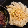 フライパン直出し、市販のチルド餃子ともやしを食べるラー油とポン酢で合わせてたべる。
